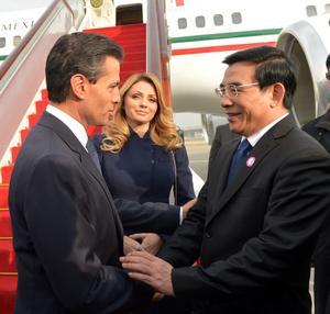 Al bajar del avión presidencial, Enrique Peña Nieto y la primera dama, Angélica Rivera de Peña, fueron recibidos por el alcalde de Beijing, Wang Anshun y otros mandatarios chinos.