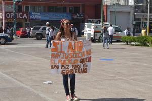 Algunos estudiantes se arroparon con frases revolucionarias para exigir justicia.