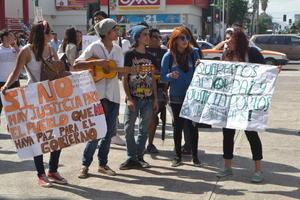 Con cartelones e incluso algunos instrumentos musicales hicieron sentir su rechazo a la violencia.