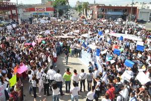Poco más de 4 mil estudiantes marcharon pidiendo justicia en el caso de los normalistas desaparecidos de Ayotzinapa.
