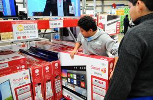Los productos tecnológicos son, en tiendas departamentales, de los que más buscan los consumidores.
