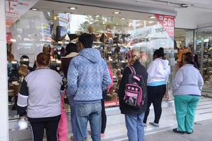 Conforme transcurrieron las horas y llegó el mediodía, más personas iniciaron su arribo a zonas como el centro de Torreón.