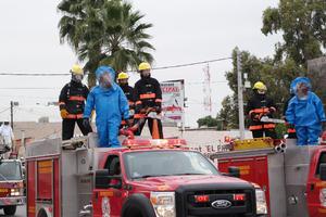Los bomberos mostraron los distintos uniformes y equipo con que cuentan para el tipo de emergencia.