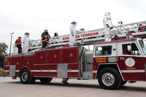 El cuerpo de bomberos no podía faltar en el desfile.