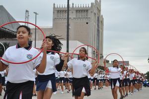 Juan Manuel Ríos, coordinador de enlace educativo en Torreón, comentó que participaron 65 contingentes, para superar en total los 10 mil 300 participantes entre instituciones educativas y de gobierno, así como clubes deportivos.