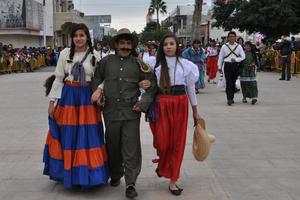 No podía faltar en el desfile la representación de Pancho Villa, acompañado de las Adelitas