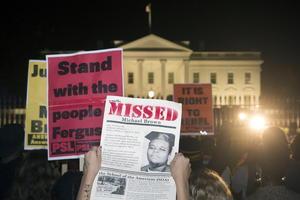 """En la capital más de 300 personas pidieron """"justicia"""" frente a la Casa Blanca, mientras que la Policía activó protocolos especiales por temor a disturbios."""