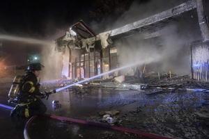 Bomberos acudieron a apagar el fuego de distintos edificios que quedaron severamente dañados.
