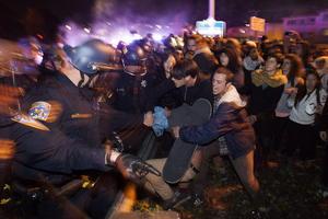 La Policía Local usó gases lacrimógenos para dispersar a los manifestantes y aseguró haber contabilizado más de una decena de disparos en la zona de las protestas, pero no ha trascendido por el momento que haya heridos.