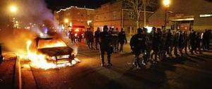 Los manifestantes incendiaron una patrulla en protesta por el fallo en el caso de Michael Brown.