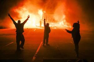 La decisión de un gran jurado de Estados Unidos de no imputar al policía que mató al joven negro Michael Brown desató violentos disturbios en Ferguson (Misuri), mientras las grandes ciudades del país se solidarizaron con protestas pacíficas.