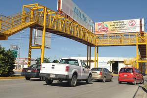 Imposible pasar. El cruce del bulevar Rodríguez Triana y la carretera Torreón-Matamoros, es un peligro.