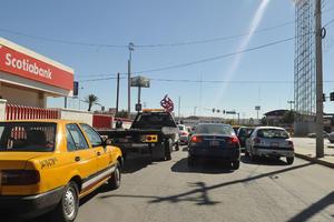Uno de los más conflictivos. Así luce a todas horas el tráfico en el bulevar Independencia y calle 12 de Torreón.