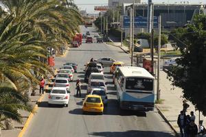 """Vialidad 'congestionada' y peligrosa. Una de las 6 vialidades """"tronadas"""" en Torreón es la del bulevar Revolución y calle 30; en la citada vialidad los cuatro carriles se """"congestionan"""" a toda hora. En esta misma vialidad se registra un alto número de personas atropelladas puesto que los peatones prefieren """"torear"""" los autos que subir el puente."""