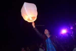 Los asistentes pidieron un deseo antes de lanzar su globo al cielo.