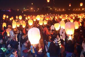 El lecho seco del río Nazas que divide a los estados de Durango con Coahuila se llenó de luz y vida con el festival.