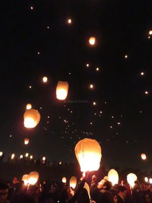Los globos se encendieron en parejas y se le pidió previamente a la gente que se llevaran encendedores.