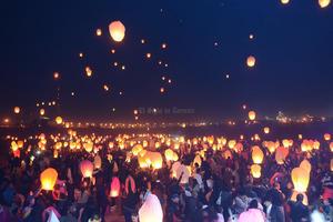 Se efectúo con éxito el segundo festival de globos de Cantoya Laguna organizado por Ilumina en el área del vado del río Nazas.