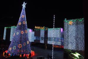 Miles de luces pusieron el ambiente navideño a la Presidencia Municipal de Gómez Palacio.
