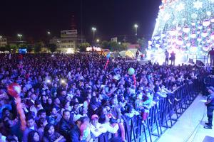 Miles de laguneros se reunieron en la Plaza Mayor para presenciar el encendido del árbol.