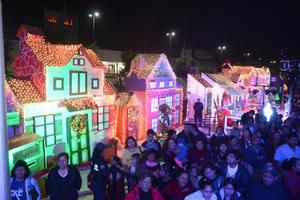 En la Plaza Mayor de Torreón se instaló una colorida villa navideña.