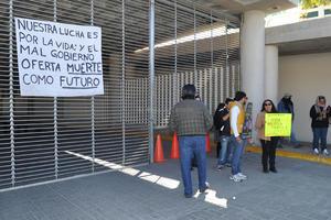 Los accesos al estacionamiento de la Presidencia Municipal fueron bloqueados y no permitieron ingresos.