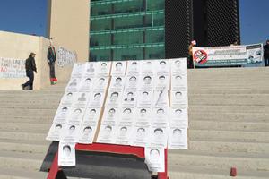 Los rostros de los normalistas desaparecidos estuvieron presentes durante la manifestación, exigiendo justicia en su caso.