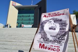 Las exigencias fueron la renuncia del presidente de la República, Enrique Peña Nieto, justicia y avance en las investigaciones de la desaparición de los 43 normalistas de Ayotzinapa.