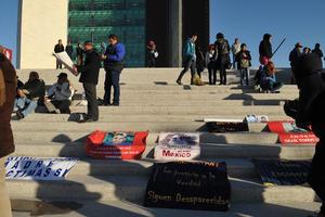 Los manifestantes se ubicaron poco después de las 9 de la mañana en los accesos de la presidencia para impedir el ingreso a las instalaciones.