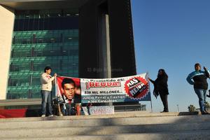 Manifestantes bloquearon los accesos a la Presidencia Municipal de Torreón como parte de las acciones que se llevan a cabo a nivel nacional.
