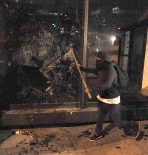 Los manifestantes realizaron destrozos en los comercios.