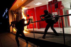 Tras la marcha pacífica, un grupo de encapuchados comenzó a realizar actos vandálicos en distintos comercios del Paseo de la Reforma.