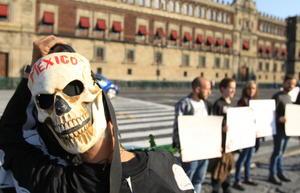 La marcha, del Zócalo (plaza central) al monumento conocido como Ángel de la Independencia, fue encabezada por familiares y estudiantes de la Normal de Ayotzinapa.