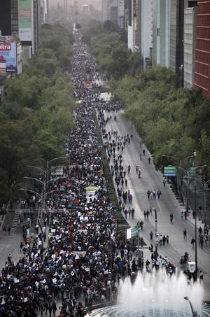 """Los participantes, inicialmente unos 3,000 pero a los que se sumaron alrededor de mil más a lo largo del trayecto, portaban pancartas con lemas como """"¿Miedo? Sólo al silencio"""" y """"Muera el mal gobierno""""."""