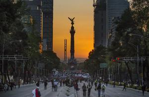 """Al grito de """"Fuera Peña"""" se realizó  una marcha en Ciudad de México para exigir la renuncia del presidente Enrique Peña Nieto, que  cumplió dos años de gestión, y el regreso con vida de los 43 alumnos de la Escuela Normal Rural de Ayotzinapa desaparecidos hace más de dos meses."""