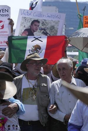 El escritor tuvo momentos de gran activismo político, como lo demuestra esta imagen en que aparece junto a Javier Sicilia encabezando la Marcha Nacional por la Paz al  zócalo de la ciudad de México.