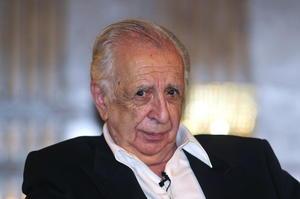 """Poco después Leñero empezó a escribir guiones teatrales, adaptando """"Los albañiles"""", en 1970; """"La carpa"""", en 1971, y """"Los hijos de Sánchez"""", de Oscar Lewis, en 1972. Se dice que influyó en el inicio del género documental del teatro en México, y dos de sus trabajos notables son """"Pueblo rechazado"""" y """"El juicio""""."""