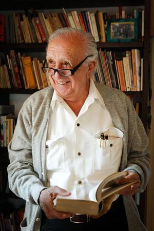 """En 1963 vinieron """"Los albañiles"""", que le valió el Premio Biblioteca Breve. El trabajo narra la historia de un velador en una construcción."""