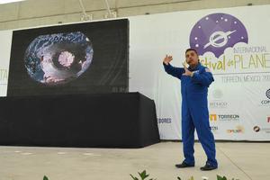 """""""Me siento muy contento de estar nuevamente aquí, ya es la tercera vez, y muy emocionado de inaugurar este evento que tiene como objetivo despertar el interés de los jóvenes y los niños en la ciencia y la tecnología"""", comentó el mexicano."""