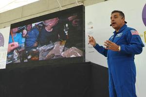 """El astronauta de origen mexicano, José Hernández, impartió en el auditorio del Bosque Urbano, la conferencia """"Cosechando estrellas""""."""