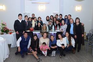 05122014 CUMPLE 90 AñOS.   María del Consuelo Muñiz de Meza, acompañada de sus hijos, nietos y bisnietos, en el festejo por su cumpleaños.