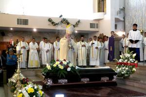 La misa exequial estuvo encabezada por el Obispo de Torreón José Guadalupe Galván Galindo, quien fue acompañado por algunos sacerdotes y cientos de fieles católicos que acudieron para brindar muestras de apoyo a sus familiares y también para visitar el féretro de quien empezó a formar parte de la familia diocesana desde el 23 de marzo de 1965.