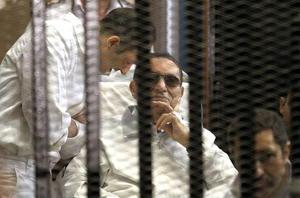 21 de mayo | Egipto. Un tribunal egipcio declara culpable a Hosni Mubarak y lo condena a 4 años de prisión.