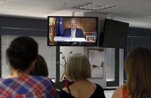 2 de junio | Abdicación. El Rey Juan Carlos de España anuncia su abdicación al trono en favor de su hijo Felipe.