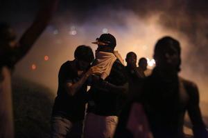 16 de agosto | Ferguson. Con saqueos, inician protestas en el sitio a causa de la muerte del afroamericano Michael Brown y las cuales se extenderían los siguientes meses del año de forma escalonada.
