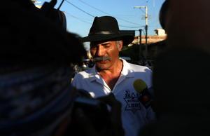 27 de junio | Michoacán. El líder de las autodefensas José Manuel Mireles fue detenido junto con otras 45 personas en Lázaro Cárdenas, Michoacán por violar la Ley Federal de México de Armas de Fuego y Explosivos.