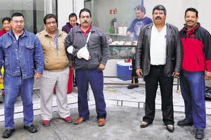 07122014 HAMBURGUESADA.  Participantes de esta actividad que se organizó para recaudar fondos para la construcción del local del Sindicato para los Trabajadores Manuales y Administrativos al servicio del Ayuntamiento de Torreón.