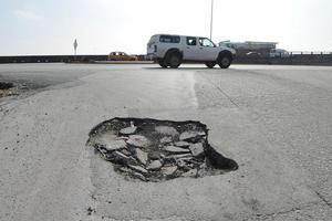 """7 de enero   Riquelme. Con 12 obras, así como la firma de un convenio con la Junta de Mejoras Materiales para rehabilitar inicialmente un millón de metros cuadrados de pavimento, el alcalde presentó su programa denominado """"Cien Días''."""