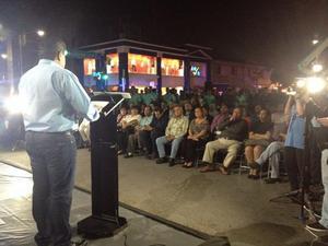 28 de febrero   Alumbrado. Un total de 570 nuevas lámparas del alumbrado público, instaladas en la calzada Colón y la avenida Morelos, fueron encendidas por el alcalde Miguel Riquelme Solís.