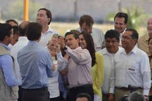17 de octubre   EPN. Durante su visita a La Laguna, el presidente de la República Enrique Peña Nieto convocó al gobernador de Coahuila, Rubén Moreira, y al de Durango, Jorge Herrera Caldera, a hacer equipo.